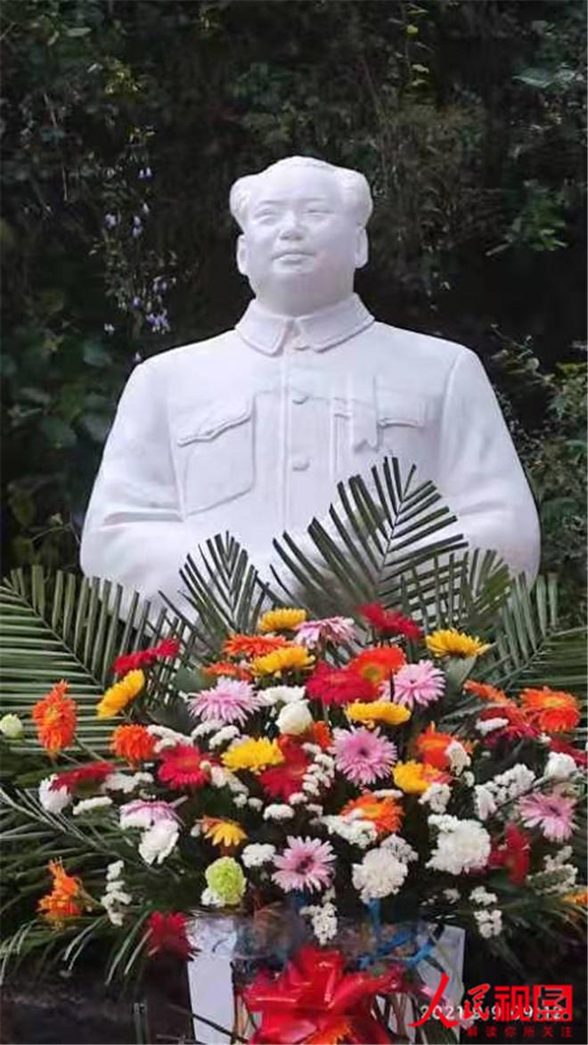 """中促中心红委会""""新建毛主席塑像圆满落成 """""""